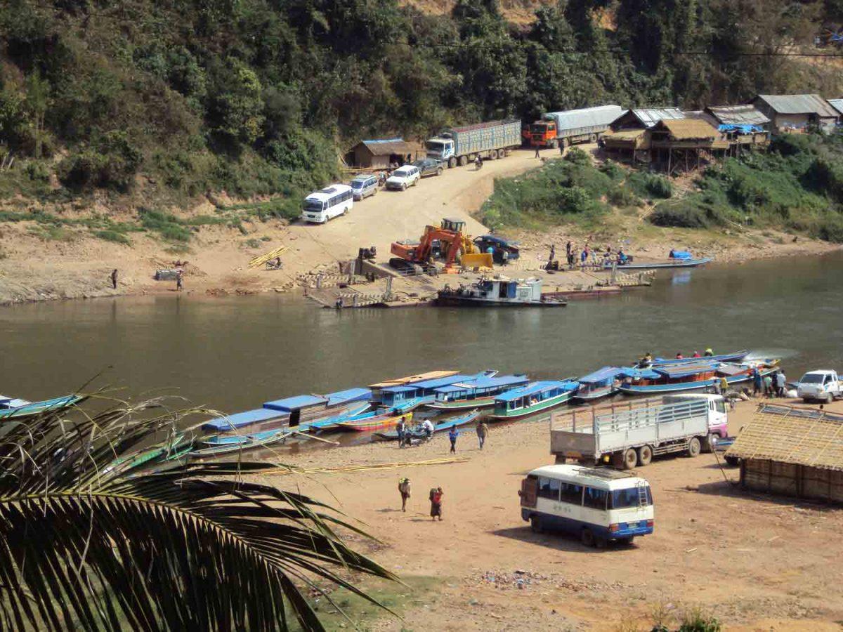 Lastwagen zwischen Vietnam und Laos