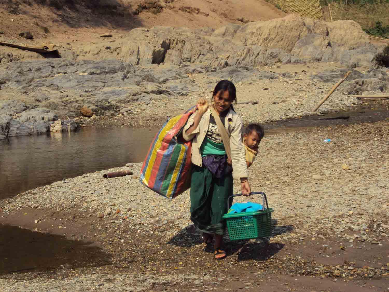 Mutter mit Kind und Gepäck