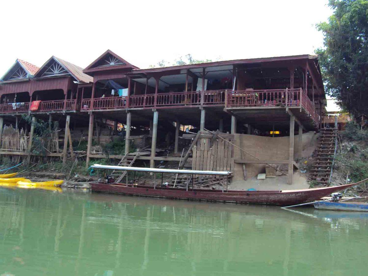 Die ersten Gebäude über dem Wasser