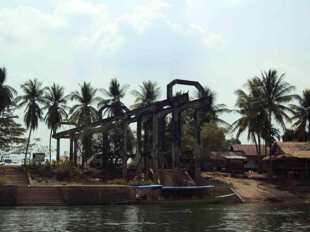 Seltsame Konstruktion am Ufer