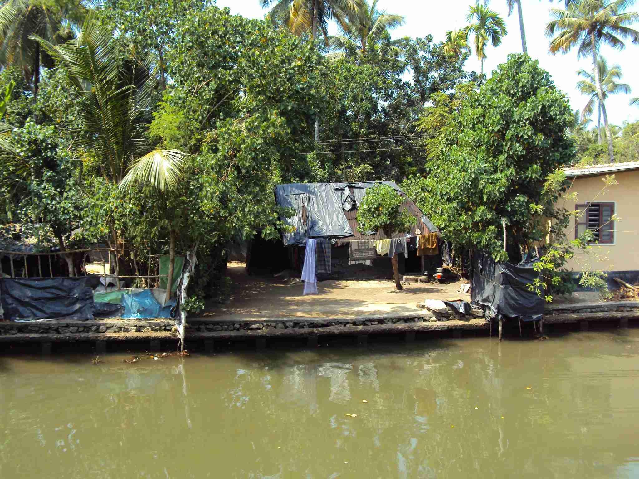 Hütten am Ufer