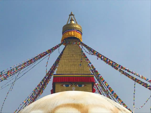 Der Stupa mit ernstem Blick