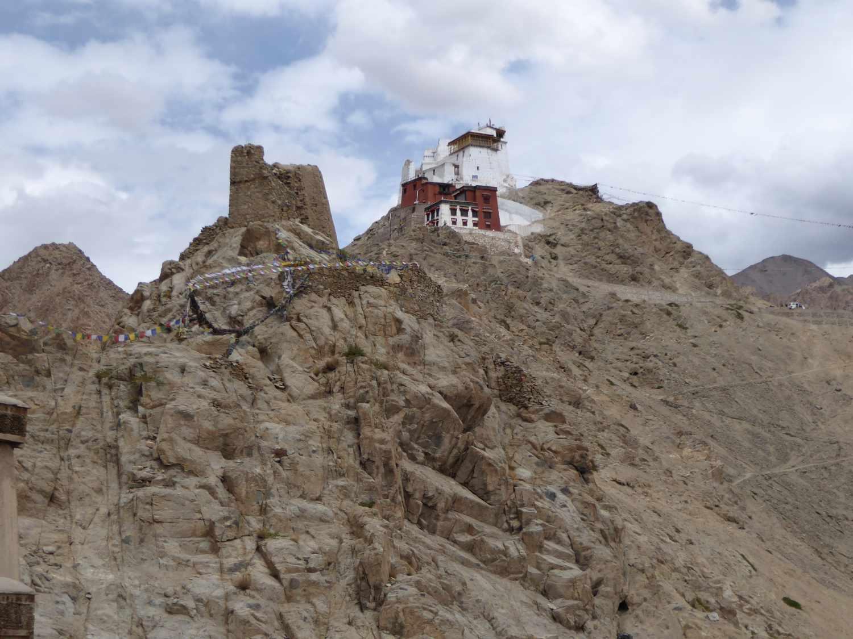 Die Burg thront hoch oben über der Stadt
