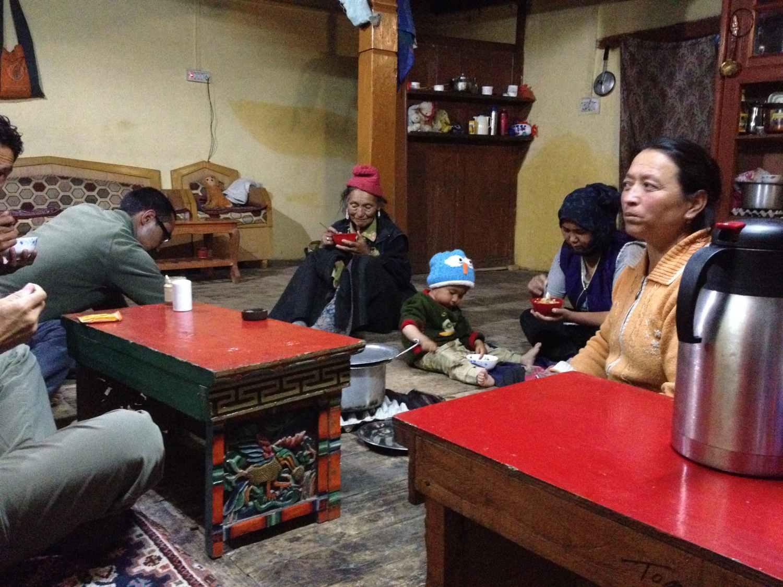 Familie und Gäste beim Essen