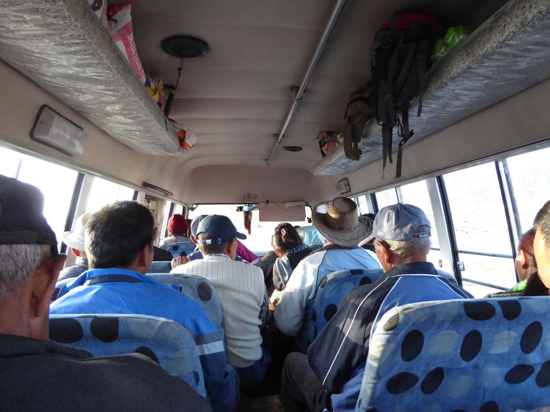 vollbesetzter Bus