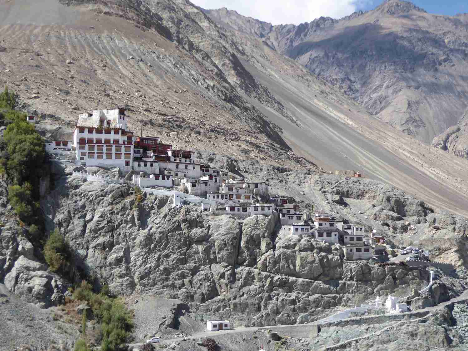 Diskit Gompa - the monastery complex is hardly recognizable from afar in the middle of the wasteland