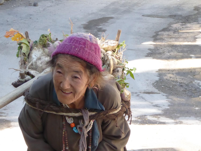 Alte Dame mit schwerer Ladung