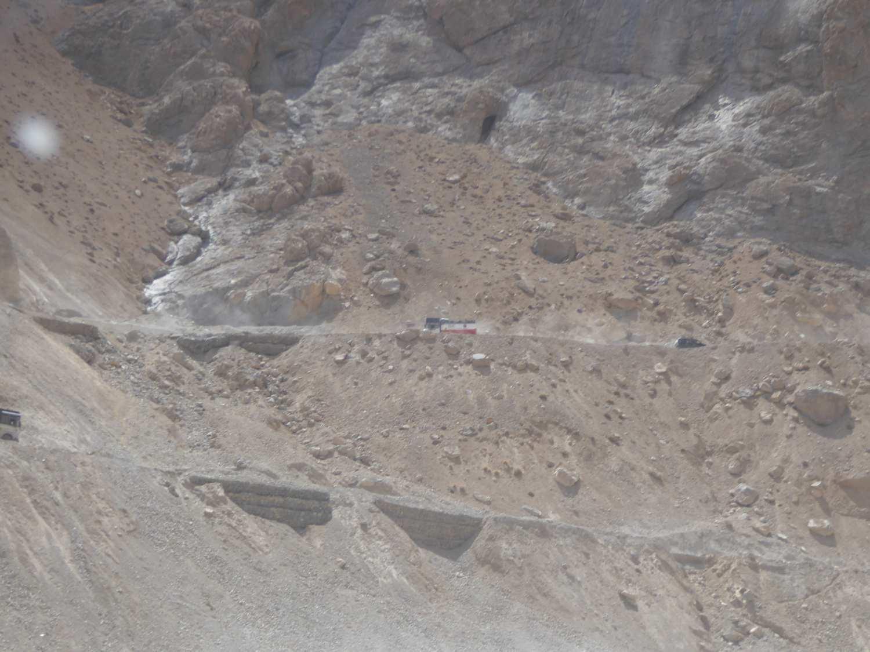 Strasse am gegenüberliegenden Hang