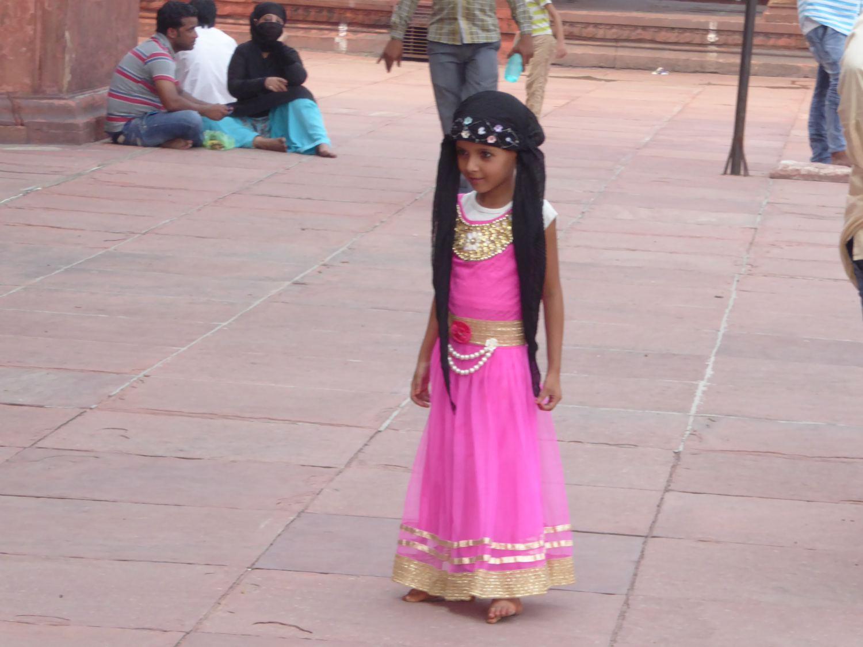 Mädchen vor der Moschee