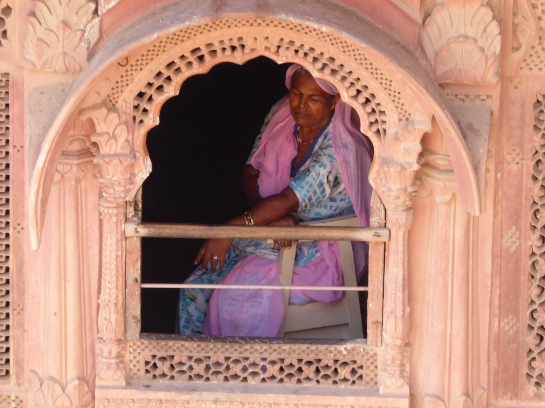 schlafende Frau am Fenster